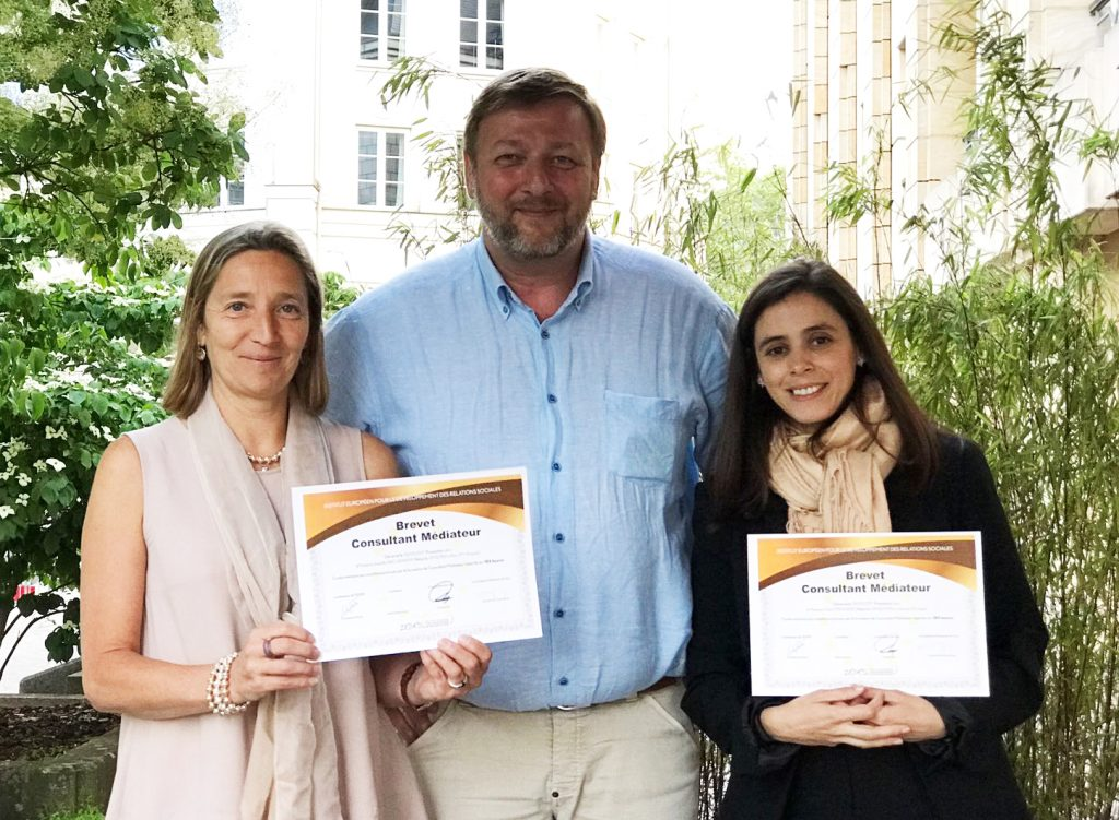 Christian Bos avec Isabelle Wachenheim et Dalia Fernandes, toutes les deux majors de promo.